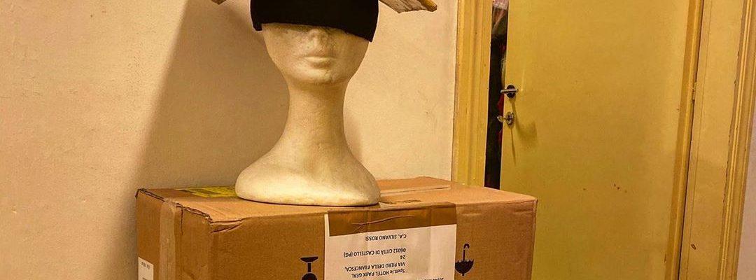 Sono arrivati tanti scatoloni misteriosi dietro le quinte del teatro ci Città di Castello!…